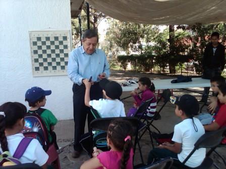 El Maestro Guillermo Cano con los niños.jpg